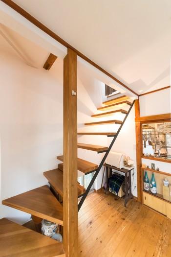 階段も木と鉄の組み合わせでオーダー。ミシン台はアンティークショップで購入したもの。