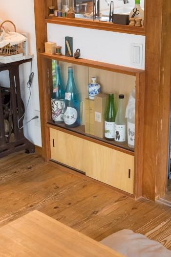 ご主人の趣味のスペース。焼酎の棚。