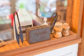 裁縫もきたざわさんの趣味のひとつ。古い道具をアレンジしてディスプレイ。