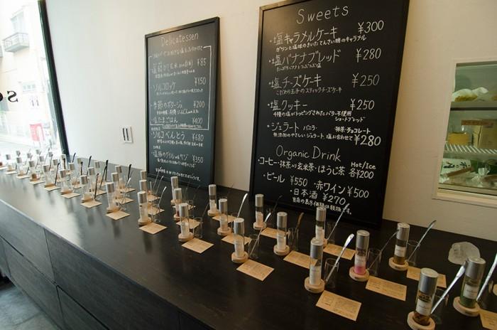 約40種類の塩が並ぶソルトバー。専用のソルトスプーンで食べ比べができる。気になったものから味見を。