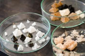 solcoのロゴにも使われているピラミッドの形をした塩や、食用炭がブレンドされたブラックソルトなど、見た目もさまざま。