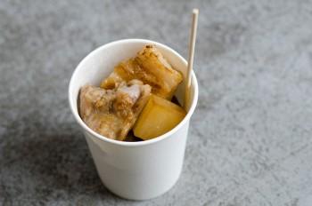 サイコロ豚バラは雲仙の塩で熟成。塩豚のグリルwithベジ 350円。ほかに有機じゃがいもを皮ごとマッシュしたオーブン焼きのコロッケも。