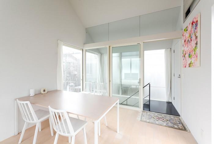 正面のガラスの向こう側の階段部分も建物内の空間だが、1階から階段部分までを外部のように感じられるようサッシは外部用のものが使用されている。壁はざらついたテクスチャーにして、フラットな仕上げでは出せない陰影感のある表面を狙っている。