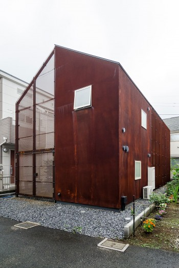 時とともに変化する外壁。鉄粉を混ぜた特殊塗料による仕上げで、雨風によって、この場所ならではの表情が刻まれていく。