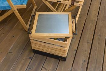 「INOUT」オリジナルのボックスは蓋の部分にスチールが貼ってあり、熱い鍋を載せたり調理台としても使えるようになっている。