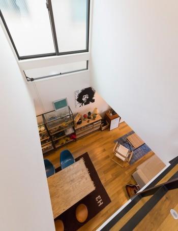 2階の吹き抜けからリビングを見下ろす。2階には主寝室と、小学6年生の男のコと2年生の女のコのための子供部屋が2つ。