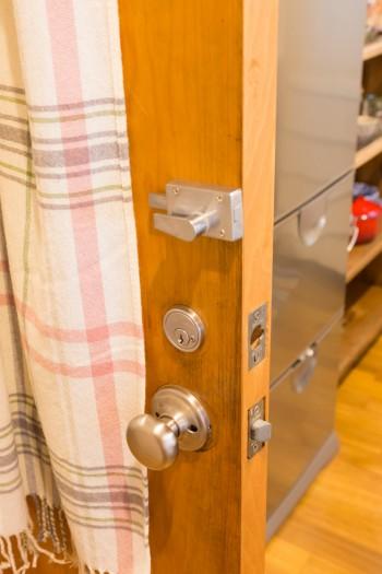「ガラスの向こうのチェック柄は、IKEAのブランケットです」 昔っぽい鍵や把手をつけてさらに雰囲気がアップ。