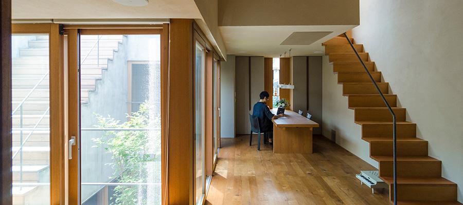 """東京という森に浮かぶひとつの船  陰影と質感にこだわって つくり上げた""""静かな家"""""""