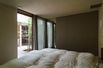 「起きてカーテンを開けたら、気持ちの良いグリーンと朝日と空しか見えない。本当に気持ちいいです」(奥さん)。