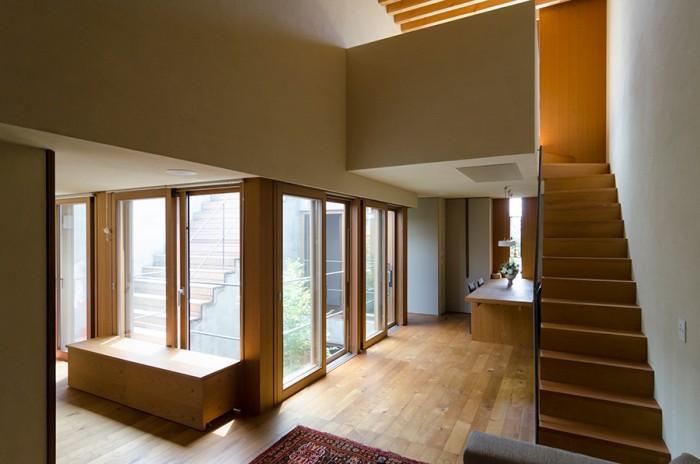 2階リビングからダイニングと中庭を見る。中庭を諸室が囲む構成がよく分かる。外部の自然現象やノイズを室内からも感じられる家にしたいと思っていたMさんは、中庭周りの光の変化や回遊性にはとてもこだわったという。
