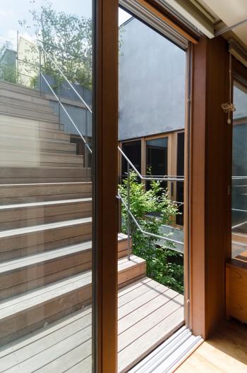 2階階段前から外の階段と中庭を見る。