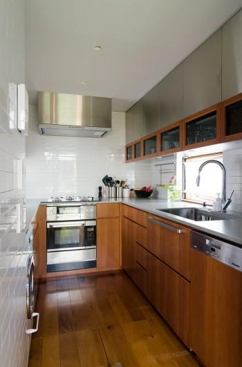 奥さんがクローズなつくりにして良かったというキッチン。幅が狭いため親密感の感じられる空間になっている。