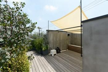 屋上の道路側に出っ張った部分は、当初、和室をつくることが考えられていたという。