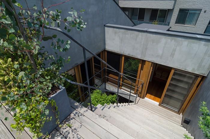 屋上から2階を見る。階段を下りて室内に入ると正面に階段、左に廊下を介してリビングがある。
