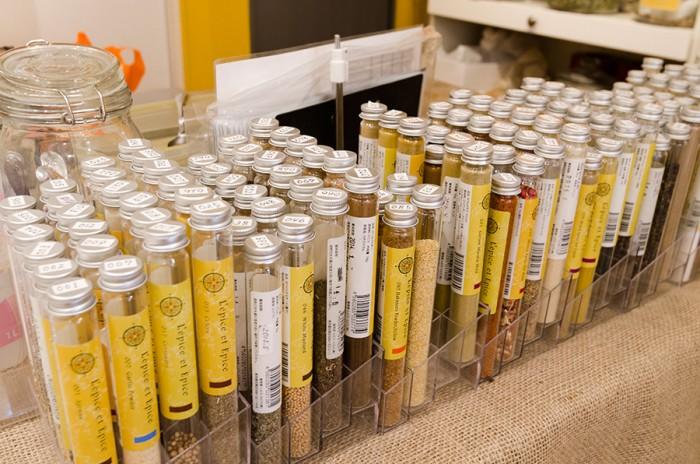 スパイステイスティングコーナー。レピス・エピスの店舗サイトではスパイスディレクター、伊能すみ子氏によるスパイスを使ったレシピも紹介している。