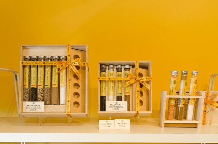 左から木製ボックスに入った6本ギフトセット、4本ギフトセット。手みやげにもぴったりな3本スタンドセット(木箱は含まず)。