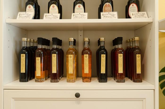 ビネガーもさまざまな種類が並ぶ。素材を選ばずオールマイティに活躍するモデナ産バルサミコ酢や、刻んだエシャロットが入ったレッドワインビネガー、和食にも活躍するジンジャービネガーなど。