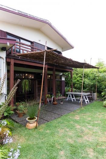 年月が経ってもモダンな元別荘。竹製のよろず、白いテーブルはチャキさんが自作した。