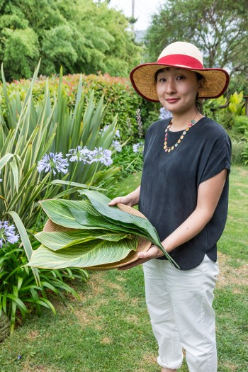 料理好きの阿貴さん。庭で育つハラン、カンナなどの葉を使って、料理をアレンジすることが多いそう。