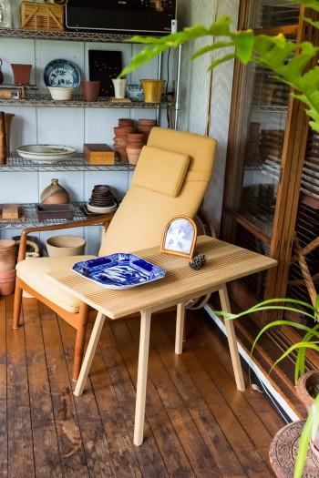 サンルームのテーブルはチャキさんが作ったもの。「作るのが楽しくなってはまっています」。