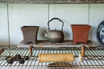 日本の古いものをシェルフに陳列。「古くても使えないものは好きじゃないですね。すべて活用しています」。