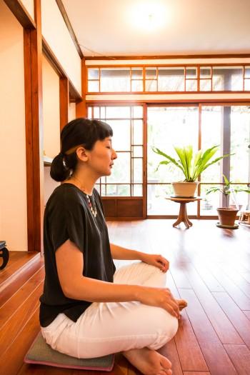 チャキさんとインドを訪れ、出会ったマントラに生まれて初めての安心感を覚えたという阿貴さん。日本で数少ないマントラ指導者のひとり。