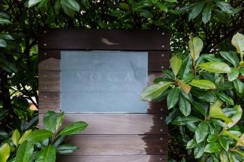 「スタジオ ジョーティ」の看板。植物に囲まれ、心身ともに満たされながらヨガ、マントラが学べる。 http://www.yogastudiojyoti.com