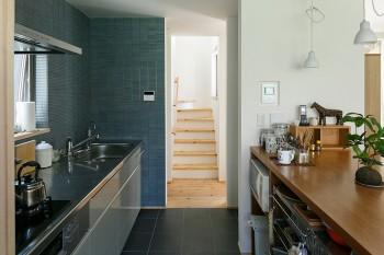 キッチンは2階に。タイルの色を決めるまでには色々悩んだそう。
