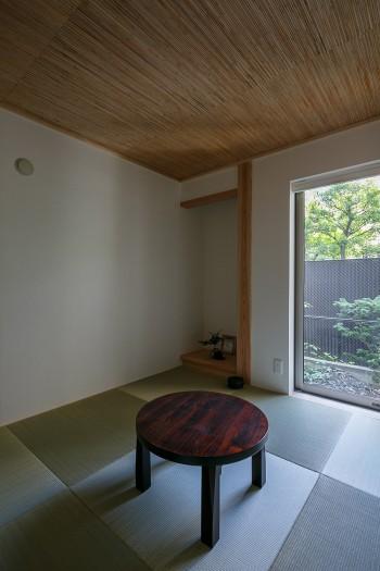 1階につくった和室。窓を開けると縁側があり、そこから庭に出ることができる。