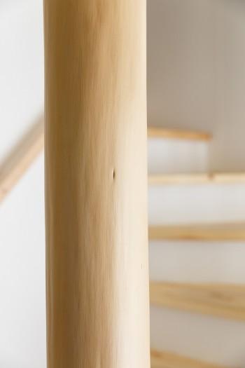 杉の磨き丸太の柱。これから味が出てくるのが楽しみ。