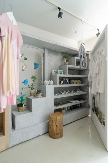 洋服がかけられた白い壁は扉のように開閉が可能。開けたときの驚きも。