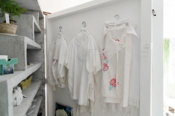 アパレルデザイナー井村美智子さんとのユニット「La La eden」の洋服には、花の刺繍がほどこされている。