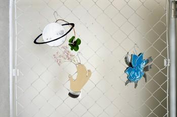 teto ceramic(陶芸家・石井啓一氏)による陶器の一輪挿しは、壁にかけられるよう後ろ側にフックがある。花を生けなくてもそのままアートピースになるようなプロダクトだ。