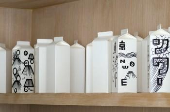 牛乳パック型フラワーベースには、アートディレクター・千原徹也氏(れもんらいふ)がライブペイントで制作したグラフィックが描かれた物も。