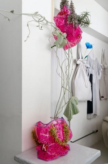 アンチ・山崎良太氏が手作りで完成させたビニールバッグには、中にフラワーベースを入れられる仕切りがあり花が生けられるようになっている。バッグの一面にピンクの文字で「FUCK」と書かれていたり、ハンドル部分が全て安全ピンになっているなど、パンク精神が詰まったアイテム。