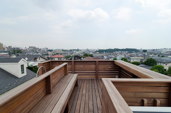 さらに上にあるルーフテラス。近くには同様のものを設けている家はないので、周りの景色を独り占めできる。