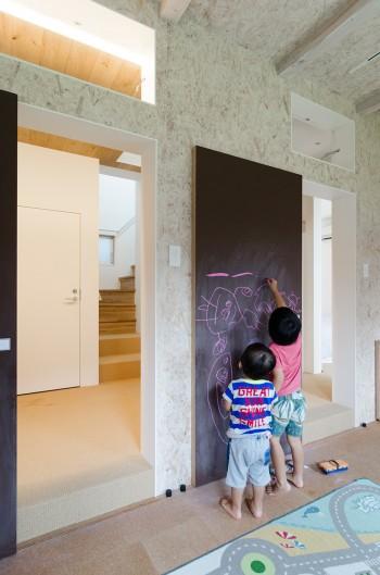 子ども部屋出入り口の大きな引き戸には黒板塗料が塗られ、なんでも自由に描き込める。