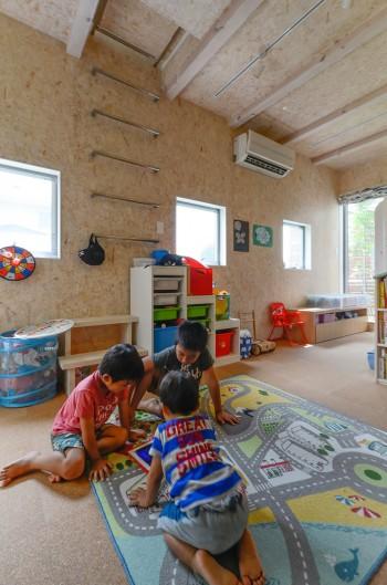 1 階の子ども部屋は床を少し掘り下げて天井を少し高めに。将来、ロフトをつくることができる高さにしている。