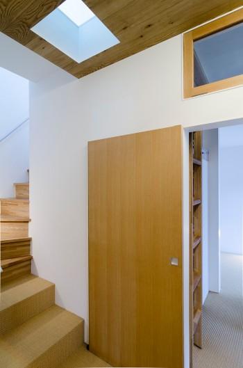 2階のガラス床が視線を通すだけでなく光も導く。子ども部屋同様引き戸にしているため、開けるとオープンな感じに。