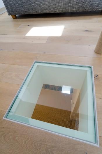 2階LDKのガラス床から1階の様子がうかがえる。