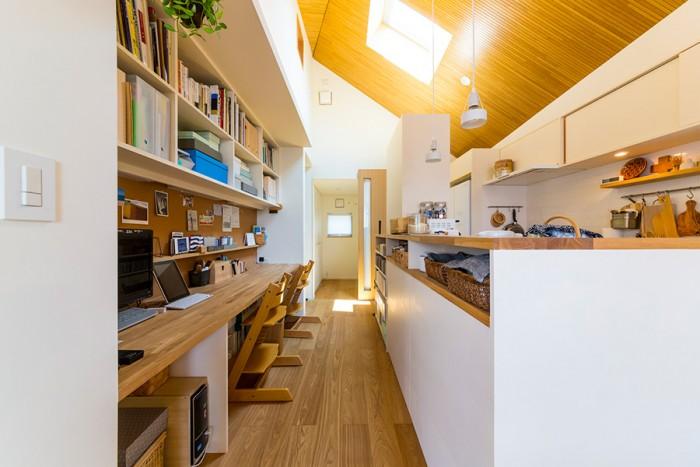 キッチンカウンターと向いあうのは、皆で共有しているワーク&スタディスペース。家事をしながら子供と触れ合うことができる、家族のコミュニケーションを考えた造り。