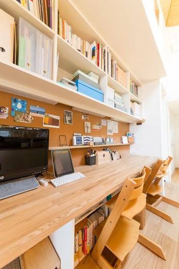 キッチン前の机にはコルクボードが取り付けられている。子供部屋の前の廊下にはマグネットボードも。使い勝手を考えた細やかな配慮が感じられる。