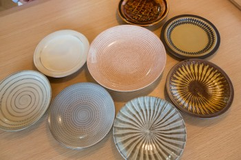 三千子さんが集めた陶器のお皿。北欧のものもあれば九州の小石原焼などもあるが、どれも共通するテイストなのが面白い。