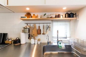 すっきりとしていてクリーンなシンク。カッティングボードや鍋敷きなども、ひとつひとつがシンプルで美しいデザイン。