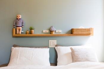 ベッドヘッドボード上のコンセントは左右対象に。細かな配慮が伺える。左のピカソの人形はご主人そっくり!