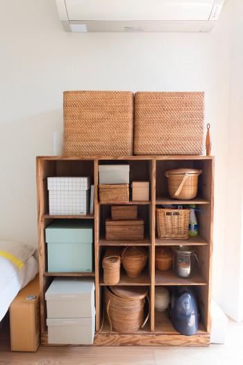 昔ネットで購入した古い棚に、籠や箱を合わせて収納に。籠はバリなどで買い集めた。