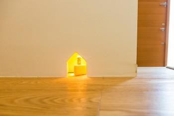 廊下の壁に、ジェリーのいる小さな穴が。遊び心が楽しい。