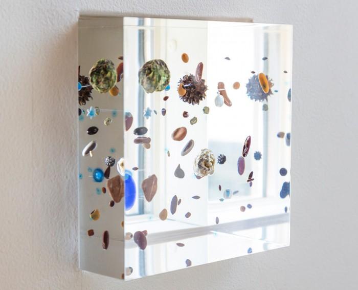 美術家・廣瀬智央氏の「ビーンズ コスモス」(小山登美夫ギャラリー)。家族の大切なものを宇宙のように散りばめ、詰め込んだ。夜は光が放たれ、幻想的で美しい。 http://www.milleprato.com