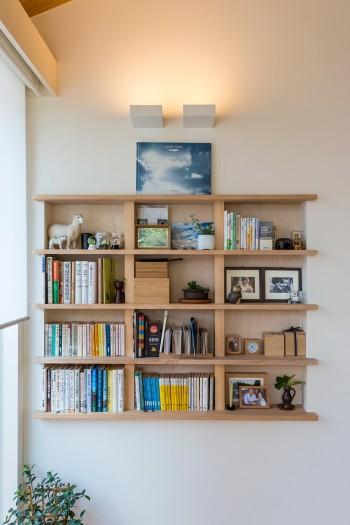 作り付けの棚には、三千子さんの好きな村上春樹の小説が。最上段は廣瀬智央氏の写真集。