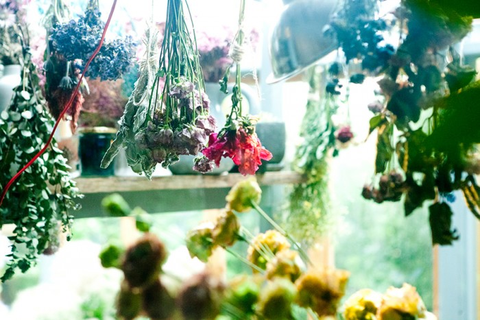 ドライフラワーはヴィンテージの空間やインテリアとも相性がいい。生花が枯れていく過程を楽しむのもTHE LITTLE SHOP OF FLOWERSの提案だ。©Yumi Saito